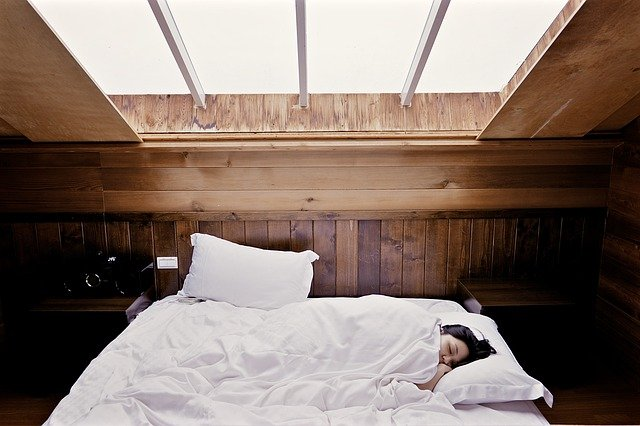 okno nad postelí.jpg