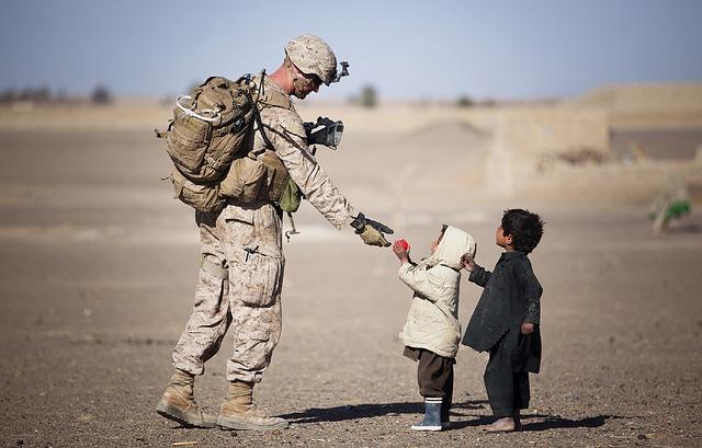 voják u dětí
