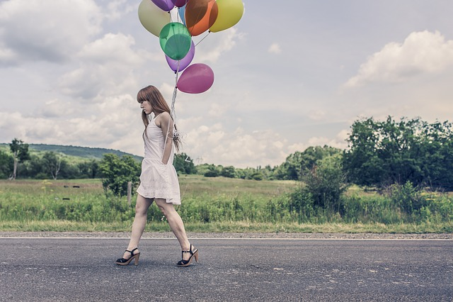 holka s balonky